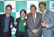Tony Chen, director de Ventas para América Latina de Yealink; Mandy Shi, gerente de Canales para Brasil y Perú de Yealink; Victor Lay, CEO de Sumtec, y Jorge Lay, director de Negocios Sumtec.